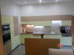 Větší kuchyň zelená a kapučíno